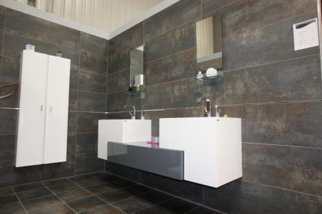 carreler salle de bain jusqu 39 au plafond id e de maison. Black Bedroom Furniture Sets. Home Design Ideas
