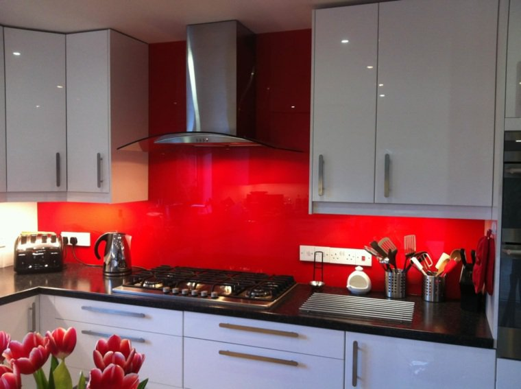 Carrelage cuisine mur rouge